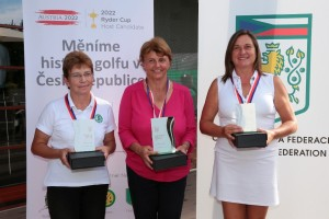 Kategorie Seniorek:druhá Helenka Janoudová (RGC Mariánské Lázně), vítězná Martina Plachá (GC Semily) a třetí Anna Dzurenda (GC Karlštejn)