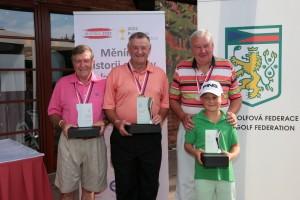 Kategorie Master Seniorů:druhý Emmanuel Snoy (Belgie), vítězný Errol Mills (Polsko) a třetí domácí Jaroslav Hanek (GC Karlovy Vary) s vnukem
