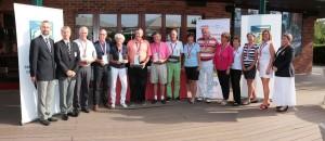 Závěrečné společné foto všech vítězů a organizátorů před karlovarskou klubovnou.